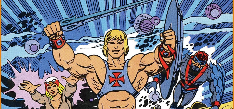 """<p><strong>I giocattoli dei Masters of the Universe arrivano nei negozi americani nel 1981</strong>. La <a target=""""_blank"""" href=""""http://play.mattel.com/""""><strong>Mattel</strong></a> aveva rinunciato a produrre i giocattoli ispirati a Star Wars (o Guerre Stellari, come si diceva allora) e voleva dei personaggi che potessero fare breccia nel cuore dei ragazzi. Si pensa a un personaggio potente, un guerriero barbaro di nome <strong>He-Man</strong>. <strong>I Masters hanno da subito un notevole successo. Insieme a ogni giocattolo &egrave; compresa una breve storia a fumetti che serve a introdurre i personaggi nuovi e la loro storia.</strong> All&rsquo;inizio il tono di questi fumetti &egrave; pi&ugrave; cupo:<strong> a cambiare completamente le cose &egrave; la serie animata, prodotta dalla Filmation dal 1983 al 1985.</strong> Le storie del cartone sono pi&ugrave; leggere, alcuni personaggi cambiano nome e He-Man acquista un&rsquo;identit&agrave; segreta, quella del principe Adam. <strong>Giocattoli e serie animata hanno un successo incredibile</strong>, i Masters sono ovunque e si trovano in vendita ogni genere di articoli con il faccione di He-Man e degli altri Dominatori dell&rsquo;Universo. Oltre ai fumetti allegati ai giocattoli, <strong>He-Man e compagni sono anche protagonisti di storie a fumetti</strong> che compaiono in diverse testate in giro per il mondo: in Italia sono i protagonisti della serie <em>Masters e il team dell&rsquo;avventura</em> e in seguito di &ldquo;Magic Boy&rdquo;, una rivista prodotta direttamente dalla Mattel. <strong>All&rsquo;inizio vengono pubblicate traduzioni di avventure prodotte per l&rsquo;estero, poi nuove storie create in Italia, con i disegni di <a target=""""_blank"""" href=""""http://www.sergiobonelli.it/news/giuliano-piccininno/9365/Giuliano-Piccininno.html"""">Giuliano Piccininno</a></strong>. La Mattel tenta di replicare con <em>She-Ra</em>, rivolgendosi questa volta soprattutto alle bambine, ma il successo &egrave; inferiore. Nel 198"""