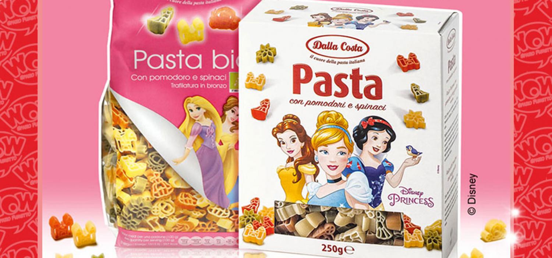 """<p>WOW Spazio Fumetto, in collaborazione con <a target=""""_blank"""" href=""""http://disney.it"""">The Walt Disney Co. Italia</a> e <a target=""""_blank"""" href=""""http://www.dallacostalimentare.it"""">Dalla Costa Alimentari</a>, <strong>tutti i week-end</strong> a partire dal 16 dicembre dar&agrave; <strong>in regalo 200 pacchetti omaggio (100 sabato e 100 domenica) di pasta ispirata alle Principesse Disney: un pacchetto ad ogni gruppo di visitatori</strong> della mostra <a target=""""_blank"""" href=""""http://www.museowow.it/wow/sogno-e-avventura/"""">Sogno e Avventura</a>. I visitatori saranno omaggiati della pasta Disney Princess Pasta Tricolore e della pasta Disney Princess tricolore biologica. L&#39;offerta &egrave; fino a esaurimento scorte.</p>"""