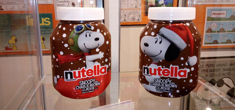 """<p>WOW Spazio Fumetto in collaborazione con Nutella organizza un dolcissimo pomeriggio insieme a tutti i Peanuts in occasione del lancio di Nutella &ndash; Christmas Limited Edition. Durante il pomeriggio<strong> sar&agrave; proiettato in anteprima il nuovo spot di Nutella dedicato a Snoopy</strong>. Il breve cartone animato, creato apposta per Ferrero, &egrave; realizzato con la stessa grafica e tecnologia del film Snoopy &amp; Friends &ndash; Il Film dei Peanuts, uscito il 5 novembre e ancora nelle sale.</p><p>I visitatori della mostra<a target=""""_blank"""" href=""""http://www.museowow.it/wow/it/il-fantastico-mondo-dei-peanuts/""""> &ldquo;Il fantastico mondo dei Peanuts&rdquo;</a> riceveranno <strong>in regalo un barattolo maxi di Nutella Limited Edition dedicata a Snoopy</strong> fino ad esaurimento scorte*. Tutti gli amici di Snoopy e la sua banda che riceveranno il barattolo potranno farsi una foto all&#39;interno della mostra per manifestare il loro amore per i Peanuts e per la Nutella, taggando su Facebook <a target=""""_blank"""" href=""""https://www.facebook.com/SpazioFumettoWOW/?fref=ts"""">WOW Spazio Fumetto</a> e <a target=""""_blank"""" href=""""https://www.facebook.com/Nutella.Italy/?fref=ts"""">Nutella</a> su Twitter <a target=""""_blank"""" href=""""https://twitter.com/search?q=wow%20spazio%20fumetto&amp;src=typd&amp;lang=it"""">@museowow</a> e <a target=""""_blank"""" href=""""https://twitter.com/Nutella_Italia?lang=it"""">@Nutella</a> utilizzado gli hashtag #missioneentusiasmo e #Nutella4babbo.</p><p>* Verr&agrave; distribuito un barattolo di Nutella per ogni famiglia o gruppo di visitatori.</p>"""