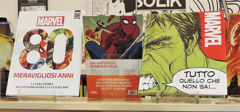 """<p>Ancora alla ricerca del regalo per Natale?<br />Vieni a trovarci:<strong>&nbsp;nei prossimi due weekend apriremo eccezionalmente il bookshop di WOW Spazio Fumetto</strong>, per permettere a tutti gli amanti dei fumetti di acquistare il dono perfetto!</p><p>&nbsp;</p><p>Il bookshop rester&agrave; aperto <strong>nelle giornate di sabato e domenica dalle 14:00 alle 19:00, seguendo naturalmente le regole dei luoghi aperti al pubblico</strong>. Per garantire a tutti una visita piacevole e sicura, adotteremo una serie di accorgimenti: ai visitatori, che all&rsquo;entrata troveranno gel disinfettante per le mani, verr&agrave; provata la temperatura e verr&agrave; richiesto di tenere la mascherina durante tutta la visita.</p><p><br />Ricordiamo che <a target=""""_blank"""" href=""""http://www.museowow.it/eventi/Chiusura+al+pubblico+di+WOW+Spazio+Fumetto/526""""><strong>le mostre di WOW Spazio Fumetto rimangono chiuse al pubblico</strong></a> -&nbsp;in osservanza dell&#39;attuale Dpcm -&nbsp;fino al 15 gennaio 2021.</p><p>&nbsp;</p>"""