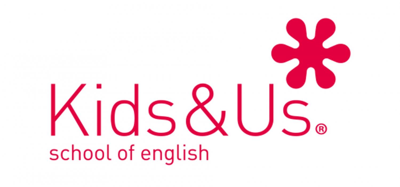 """<p><strong>Gli iscritti al Campus Estivo che si terr&agrave; dal&nbsp;30 agosto al 3 settembre (tema della settimana: Fumetto) avranno la&nbsp;possibilit&agrave; di aggiungere al programma consueto anche lezioni di inglese la mattina, tenute da <a target=""""_blank"""" href=""""https://www.kidsandus.it/it/"""">Kids&amp;Us</a>!</strong></p><p>&nbsp;</p><p><strong>Kids&amp;Us</strong> &egrave; la scuola di inglese per bambini e ragazzi da 1 a 18 anni che ha rivoluzionato il modo di insegnare l&rsquo;inglese:&nbsp;durante le mattinate del nostro Campus, gli insegnanti proporranno una full immersion in inglese, in modo divertente e naturale.</p><p>Le attivit&agrave; sono progettate per incoraggiare i partecipanti a interagire attivamente e promuovere l&#39;uso della lingua inglese. Sar&agrave; ottimo imparare attraverso attivit&agrave; manuali, quiz, games, storytime, attivit&agrave; creative, tutto al 100% in inglese! Il tema conduttore della magia&nbsp;e un&rsquo;interazione multidisciplinare&nbsp;permetteranno&nbsp;di mantenere entusiasmo e attenzione, qualunque sia il livello di inglese.</p><p>&nbsp;</p><p><strong>Costo d&#39;iscrizione:&nbsp;200&nbsp;euro totali</strong> per chi vuole aderire all&#39;opzione &quot;lezioni aggiuntive&quot; (<strong>170 euro</strong> per l&#39;iscrizione al solo Campus di Didattica WOW).</p><p>&nbsp;</p>"""